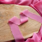 Wstążka z postrzępionymi brzegami cukierkowy róż
