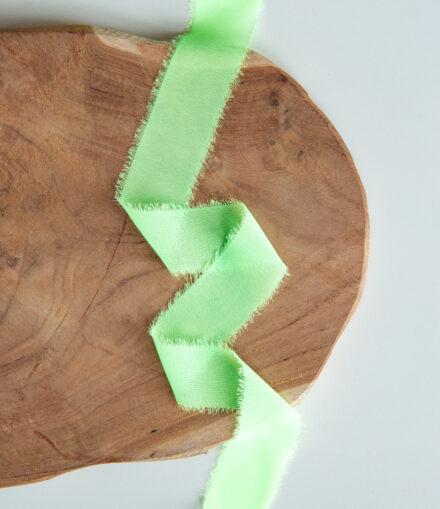Wstążka z postrzępionymi brzegami neonowa zieleń