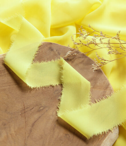 Wstążka z postrzępionymi brzegami żółty