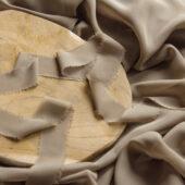 Wstążka z postrzępionymi brzegami piaskowa
